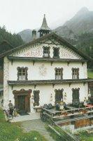 Zuort, dans le Val Sinestra, un restaurant avec salle en bois et nappes à carreaux