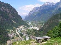 Vallée de la Reuss: autoroute, chemin de fer, lignes haute tension, chantier du tunnel
