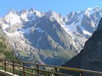 Depuis un pont à Courmayeur. la chaîne du Mont Blanc