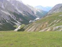 En dessous de Sur il Foss, vue sur le Val Plavna