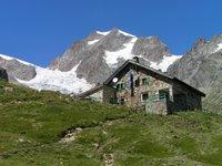 Refuge Elizabetta Soldini. En arrière plan le Glacier de la Lex Blanche, l'Aiguille de l'Aigle et le sommet de Tré-la-Tête