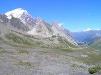 Depuis le Col de la Seigne, le Val Veny puis le Val Ferret. A gauche le sommet du Mont Blanc. A droite au fond, le Grand Combin
