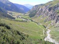 Entre Rosuel et le refuge d'Entre le Lac, vue sur la vallée du Ponturin. Le refuge de la Porte de Rosuel est situé sur la gauche, près de la place de parc