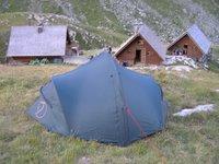 Notre tente devant le refuge de la Leisse