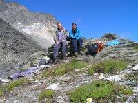 Pause au col de Chavière: deux randonneurs au sommet de leur périple
