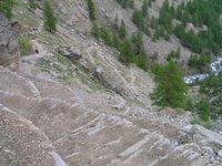 Un chemin époustouflant aménagé dans les rochers
