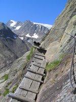 En descendant du Beiljoch vers la Sulzenau Hütte, un chemin bien sécurisé avec des cables