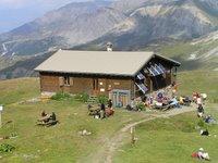 Refuge du Mont Thabor avec plein de touristes attendant le repas du soir. Qui va ronfler cette nuit?