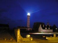 Depuis notre chambre d'hôtel, le phare de la Pointe St Mathieu de nuit