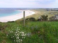 Le chemin côtier monte et descend et donne parfois l'occasion de superbes panoramas sur la plage.