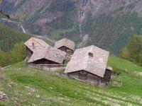 Vue plongeante vers la vallée de Saas. Ces maisons tombent-elles parfois?