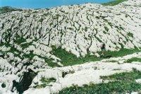 Lapiés du Sanetsch, des plaques de roche calcaire creusée par l'acidité des précipitations