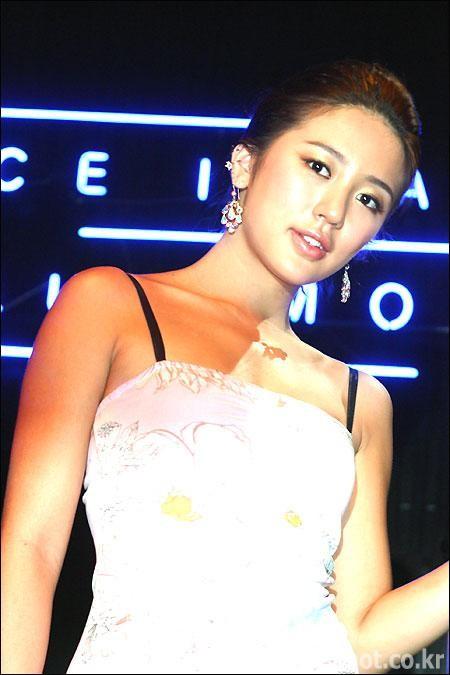 http://photos1.blogger.com/blogger/3803/742/1600/yoon%20eun%20hye9.jpg