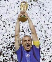 Cannavaro alza al cielo la Coppa del Mondo
