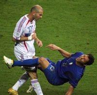 Materazzi casca a terra dopo la testata di Zidane