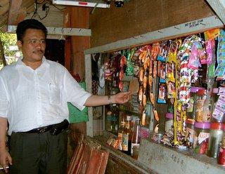 hasil industri besar berupa aneka cemilan Serbuan Produk Industri Besar ke Desa