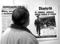 Un hombre contempla las portadas de las ediciones temporales