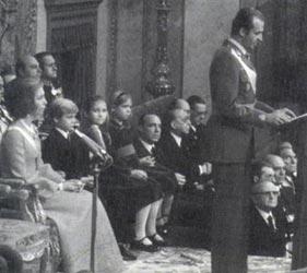 El Rey Juan Carlos I ofreció ya, en aquellos momentos llenos de incertidumbre, algún indicio sobre lo que iba a acontecer posteriormente