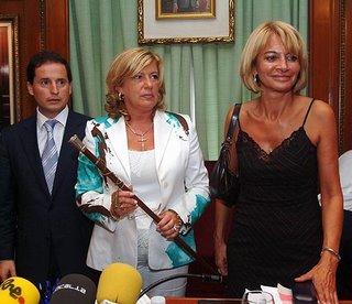 Marisol Yagüe, tras la moción de censura de Julián Muñoz, acompañando a Isabel García Marcos y Carlos Fernández, del Partido Andalucista. Menuda estampa.