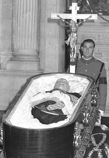 El Jefe del Estado, Francisco Franco yace muerto en su ataud