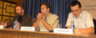 Pepe Cervera, en la parte izquierda, Sergio M. Mahugo, quien moderó la conferencia y, finalmente, Adriano Morán