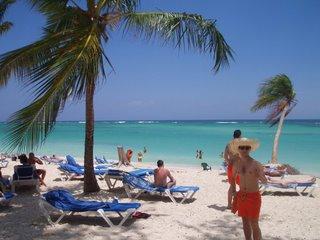 Vista de Playa Bávaro, con Juanjo posando. El Peke como le decían allí se lo pasó genial