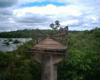 Cataratas de Iguazù, ciò che è rimasto di una passerella dopo l'ultima inondazione. Sì, anch'io avrei voluto tuffarmi.
