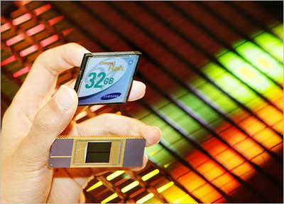 Samsung Electronics' new 40-nanometer 32 Gb NAND Flash chip. The chips are made from the wafer seen in the back.