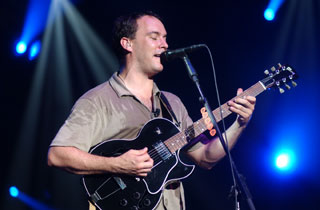 dave matthew playing on a gibson es-135