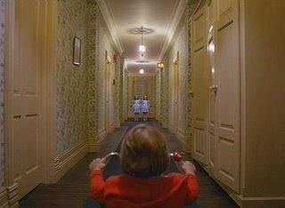 Danny recorre los pasillos del hotel y se encuentra...