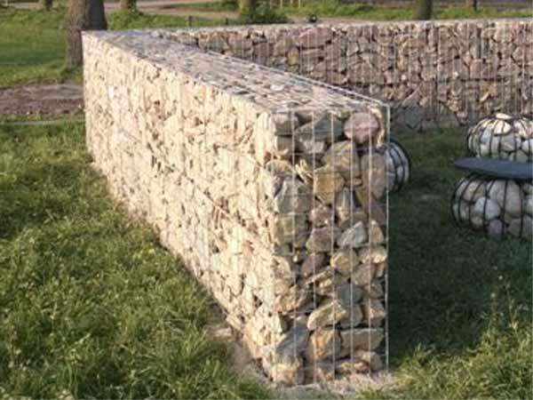 Metalen korven met stenen