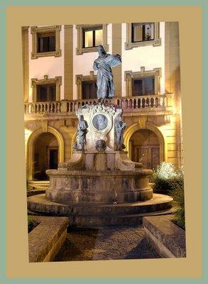 Mariano Belliure y Gil: Monumento a Obdulio Fernández (1927-1932). Vista nocturana del conjunto monumental. La influencia de luces frías de la Calle José Caveda y Nava, provoca, a veces, reflejos que velan la iluminación cálida del monumento.