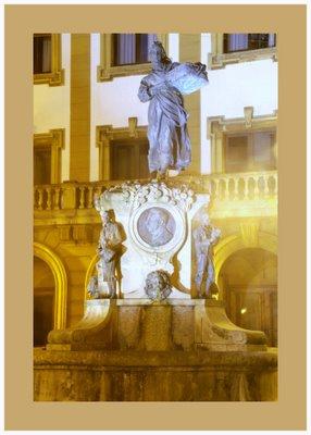 Mariano Belliure y Gil: Monumento a Obdulio Fernández (1927-1932). Vista nocturana de detalle de todo el conjunto monumental. Como puede observarse, la influencia de la luz fría a la que hacíamos referencia, provoca efectos espectaculares.