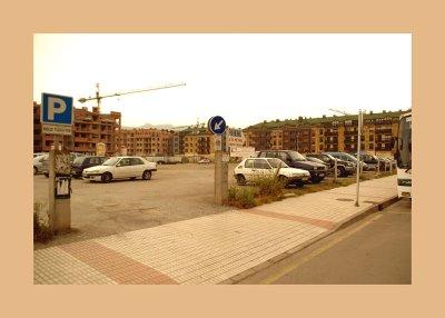 Vista general de la entrada al aparcamiento público en la Calle Vícor García de la Concha, Villaviciosa, Asturias.