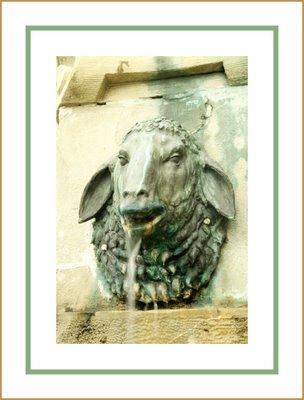 Mariano Belliure y Gil: Monumento a Obdulio Fernández (1927-1932). Vista en 3/4 del caño que lleva por soporte una oveja, en el lado que mira hacia La Oliva.