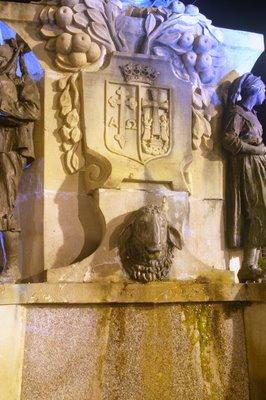Mariano Belliure y Gil: Monumento a Obdulio Fernández (1927-1932). Vista nocturna de la composición en el lado del cubo que mira hacia la Iglesia de La Oliva. De nuevos, las luces frías hacen presencia por la influencia de la iluminación del inicio de la Calle de José Caveda y Nava.