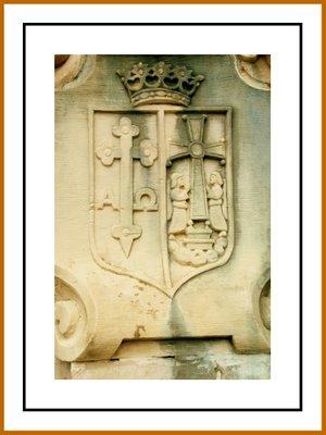 Mariano Belliure y Gil: Monumento a Obdulio Fernández (1927-1932). Detalle de los emblemas de Asturias, con la 'Cruz de la Victoria' y la 'Cruz de los Ángeles', en uno de los laterales del cubo.