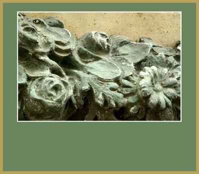 Mariano Belliure y Gil: Monumento a Obdulio Fernández (1927-1932). La precisión de todos los elementos y su reconocimiento por medio de los caracteres representados es evidente hasta en la guirnalda: en ella pueden apreciarse con claridad, como en este tramo: capullos de rosas, margaritas y hojas de roble, de 'cabayu'.