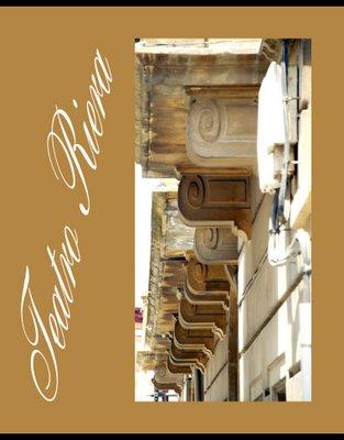 Mariano Belliure y Gil: Monumento a Obdulio Fernández (1927-1932). Colocadas en vertical, las espirales de los rollos que sirven de soporte a la balconada del Teatro Riera, es evidente que presentan un paralelismo muy grande con las pilastras del monolito. Compárese con la foto anterior.