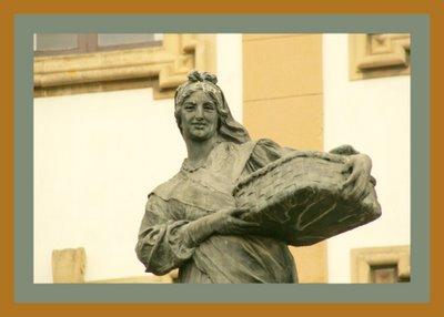Mariano Belliure y Gil: Monumento a Obdulio Fernández (1927-1932). Detalle en el que se puede observar cómo es posible interceptar la mirada a la 'manzanera', haciendo más 'humana' a la persona representada: una de las sobrinas de Obdulio Fernández.