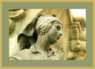Mariano Belliure y Gil: Monumento a Obdulio Fernández (1927-1932). Detalle de la 'aldeana' de la izquierda del espectador. Repárese en el pañuelo atado a la cabeza, tal como entonces se hacía y llevaba, y en la presencia de bordados en el mismo. Repárese también en la actitud, tan 'humana' de la escultura.