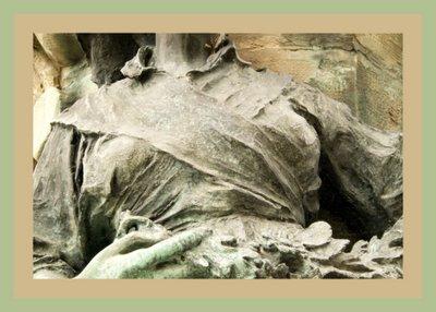 Mariano Belliure y Gil: Monumento a Obdulio Fernández (1927-1932). Detalle de la 'aldeana' aludida en el que el 'dengue' sirve para resaltar su talle, por expresarlo así. Especialmente en ésta, mejor dotada.