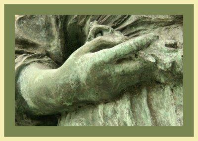 Mariano Belliure y Gil: Monumento a Obdulio Fernández (1927-1932). Detalle de las manos de la campesina. A mi juicio, las mismas, no parecen que estén de hacer los trabajos propios de los aldeanos de principios del siglo XX.