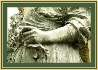 Mariano Belliure y Gil: Monumento a Obdulio Fernández (1927-1932). Detalle de las manos de la aldeana aludida. Aunque son fuertes no parecen estar muy acostumbradas al trabajo propio de los campesinos o ganaderos.