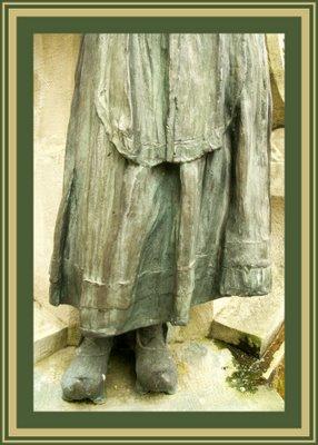 Mariano Belliure y Gil: Monumento a Obdulio Fernández (1927-1932). Detalle de la ropa de la aldeana situada a la derecha del espectador: decoración de la falda, madil, etc.