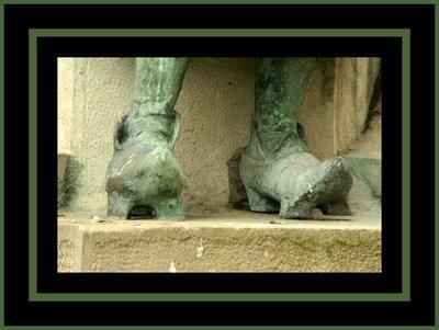 Mariano Belliure y Gil: Monumento a Obdulio Fernández (1927-1932). Detalle del calzado de la última aldeana.
