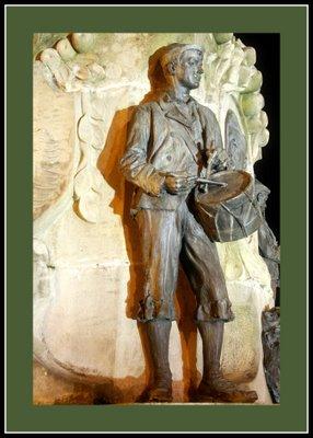 Mariano Belliure y Gil: Monumento a Obdulio Fernández (1927-1932). Vista nocturna del 'tamborileru'. La proyección de luz cálida no muy potente crea efectos interesantes en las tomas fotográficas.