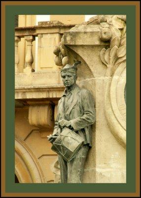 Mariano Belliure y Gil: Monumento a Obdulio Fernández (1927-1932). Otro detalle del tamborilero en el que se puede apreciar claramente su mirada, baja, pero no ausente.