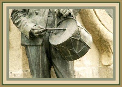 Mariano Belliure y Gil: Monumento a Obdulio Fernández (1927-1932). Detalle del tambor y de la soltura con la que está 'tocando' el tamborilero.