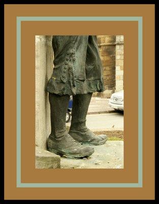 Mariano Belliure y Gil: Monumento a Obdulio Fernández (1927-1932). Detalle de la ropa del tamborilero, de las perneras abiertas y de los típicos botones.